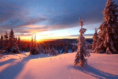 skitur i sol og nypreparerte skispor på nordseter