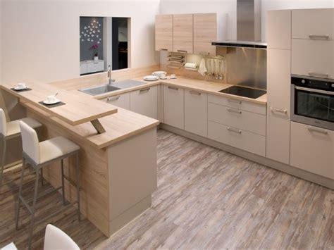 ensemble de cuisine en bois vue sur l 39 ensemble de l 39 espace cuisine de cet appartement