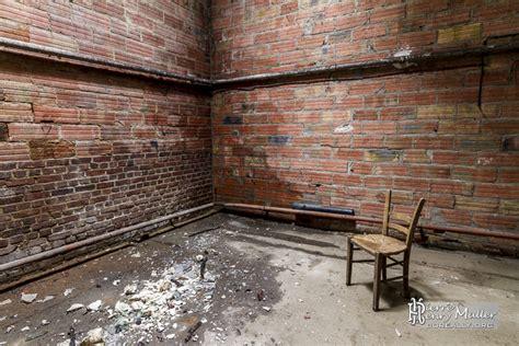 une chaise vide resume chaise pour méditer dans une pièce vide de l 39 usine boreally