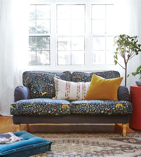 recouvrir un canapé avec du tissu déco rapido trois projets de bricolage à petit budget