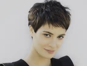 couper cheveux coupe cheveux court une coupe tendance et féminine