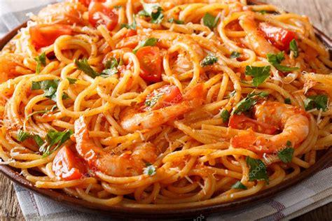 pikante spaghetti mit garnelen  tomaten sauce