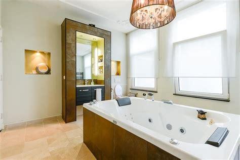 luxe badkamer met bad luxe badkamer met vrijstaand whirlpool bad exclusieve