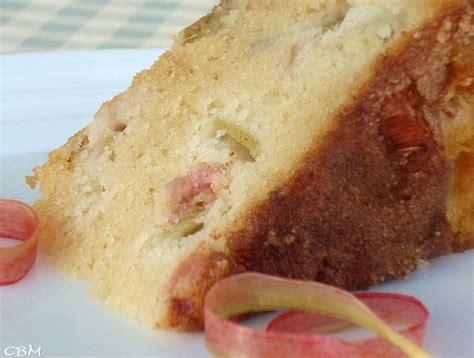 cuisine rhubarbe dans la cuisine de blanc manger gâteau à la rhubarbe de