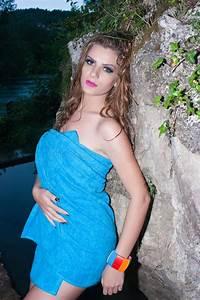 Donna Nuda Coperta Dal Tovagliolo Blu Fotografia Stock