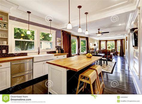 cuisine ile de cuisine avec l 39 île en bois de plan de travail photo stock image 44639952
