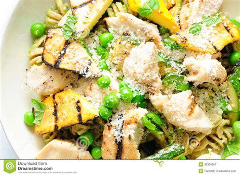 idee repas avec des pates un repas sain de coeur des p 226 tes de pesto de pois avec le poulet et grill 233 es photographie stock