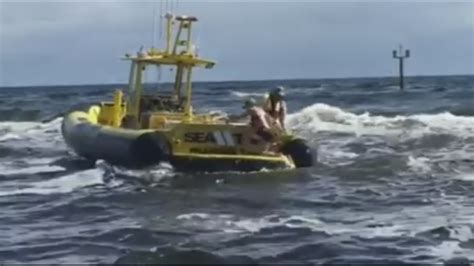Tow Boat Fort Lauderdale by Sea Tow Fort Lauderdale Crews Save 2 From Waves