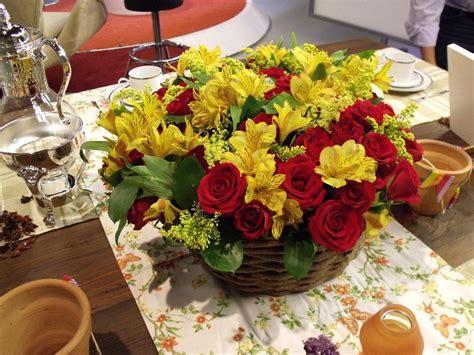 arranjo flores para casamento vermelho e amarelo