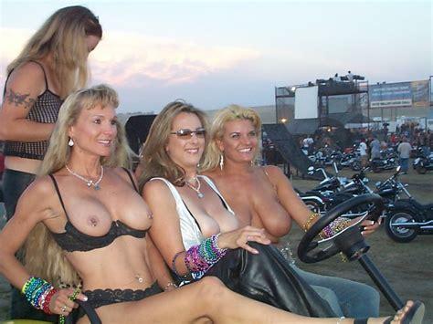 sexy nackt am biker rallye wettbewerb