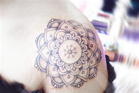 tatouage rose mandala epaule femme