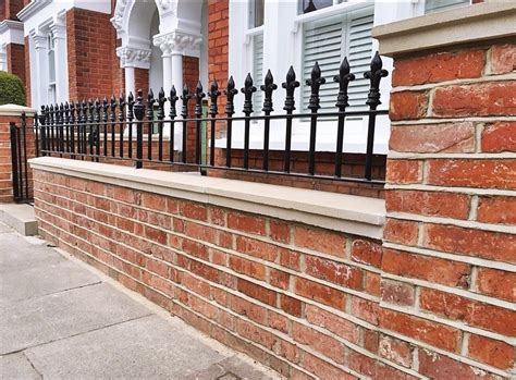 Namun, agar terlihat lebih cantik sebaiknya anda juga mengombinasikan pagar batu tadi dengan bahan lain seperti batu alam, besi, dan kayu. Desain Pintu Pagar Besi Minimalis Bata Merah - PT Dua Dua ...