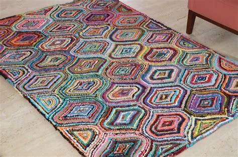 le tapis contemporain de lart sous les pieds