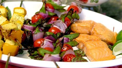 cuisiner des pois mange tout brochettes oignons tomates et pois mange tout