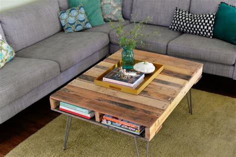 canapé fait avec des palettes la table basse palette 60 idées créatives pour la