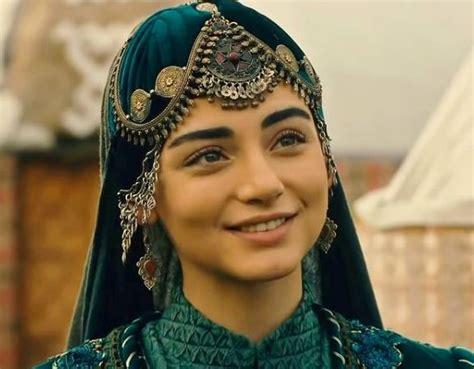 Bala hatun rolüne uzun süre karar verilemedi. Özge Törer aka Bala Hatun is just 22-years-old & is a stunner