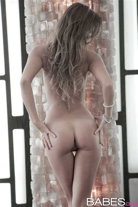 Slender Babe Is Posing Completely Naked Photos Maria