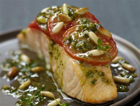 saumon cuisine pavé de saumon à la tomate et au pesto recettes femme