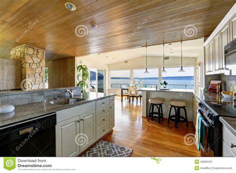 plancher bois cuisine région de cuisine avec le plafond et le plancher en bois