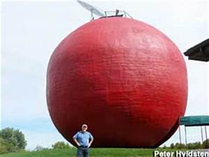 Colborne, ON, Canada - World's Largest Apple