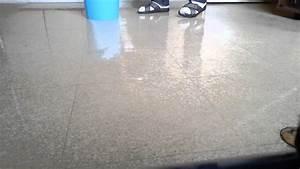Brosse Electrique Pour Nettoyer Carrelage : nettoyer avec une serpilli re astuce m nage youtube ~ Mglfilm.com Idées de Décoration