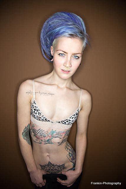 tattoo girl foto bild menschen indoor portrait