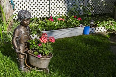outdoor statues me lustige gartenfiguren lassen sie die erstaunlich aussehen 3882