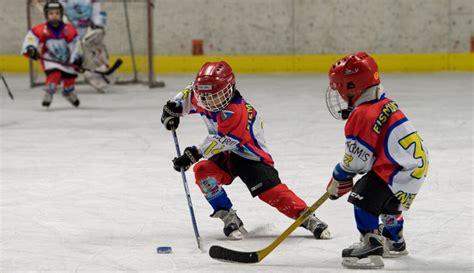 """Eishockey ist eine mannschaftssportart, die mit fünf feldspielern und einem torwart auf einer etwa 60 m langen und 30 m breiten eisfläche gespielt wird. """"Eishockey ist eine Schule fürs Leben"""" - Zu Gast bei den ..."""
