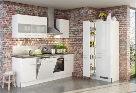 cuisine sur un pan de mur cuisine blanche et mur de briques brut2deco