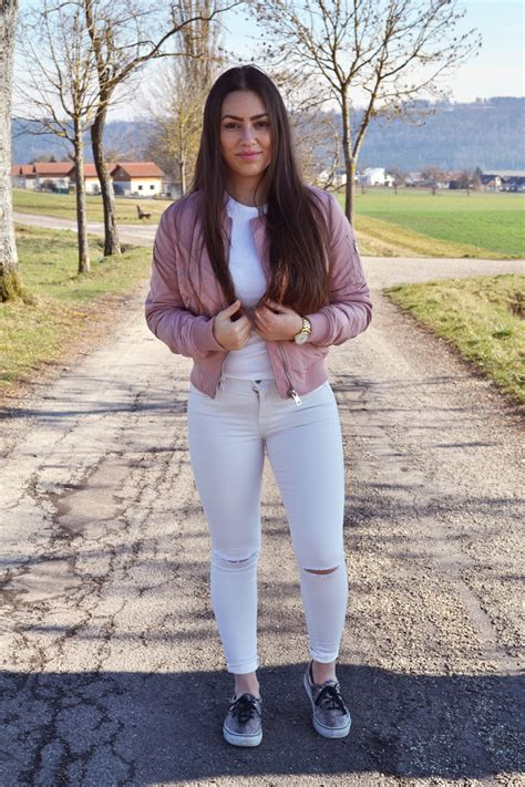 Outfit Pink Bomber Jacket and White Jeans | LILLI FERREIRA