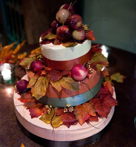 ideen fuer eine torte fuer hochzeit mit herbst verzierung