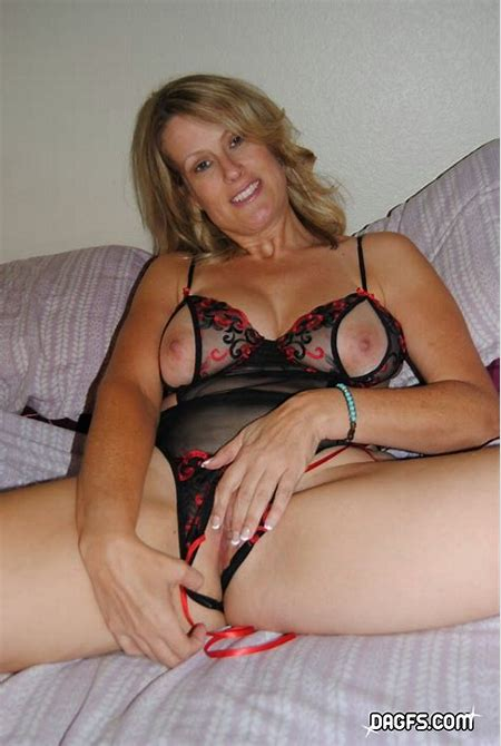 Horny Mom Spread on Her Bed with Toys in Her Cunt - Pichunter