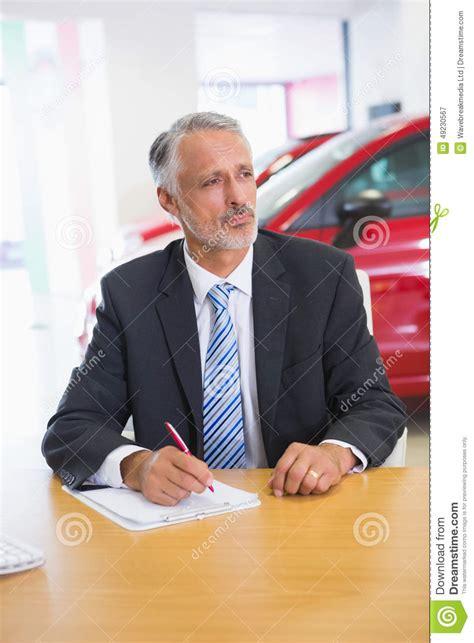 bureau de presse écriture focalisée de vendeur sur le presse papiers à