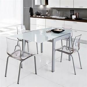 Les chaises transparentes et l39interieur contemporain for Petite cuisine équipée avec chaises salle à manger transparentes