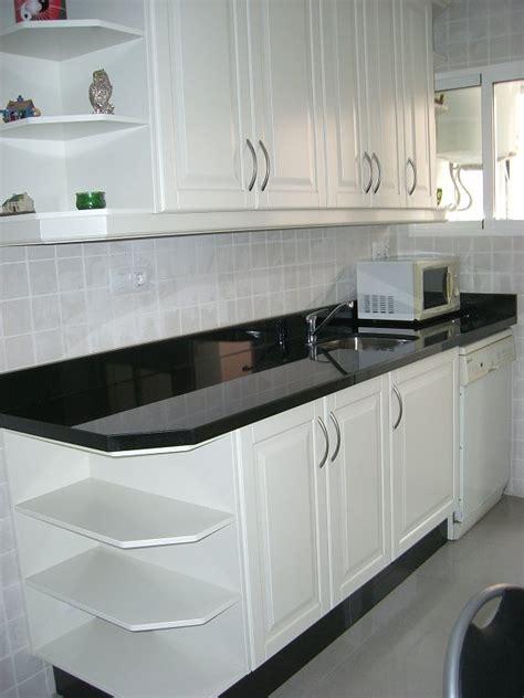 fotos de cocinas blancas  encimeras de granito
