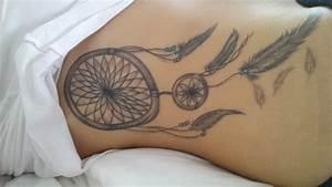 Tatouage Attrape Reve Homme : tatouage femme attrape reve hanches avec plumes tatouage ~ Melissatoandfro.com Idées de Décoration
