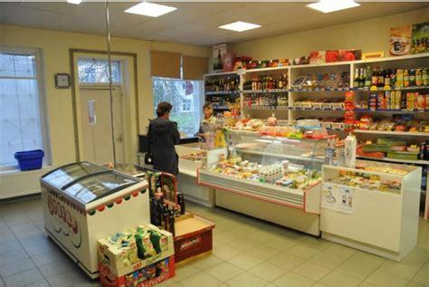 FOTO: Paziņojums Latvijas skatlogā sasmīdina garāmgājējus ...