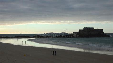 Os Povos Sós Na Praia No Por Do Sol E Na Vista Ao Forte ...