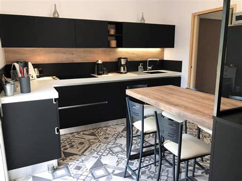 cuisine noir et table de cuisine modle de cuisine espaces