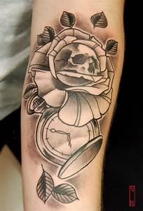 Tatouage Montre A Gousset Avant Bras : tatouage rose montre ~ Carolinahurricanesstore.com Idées de Décoration