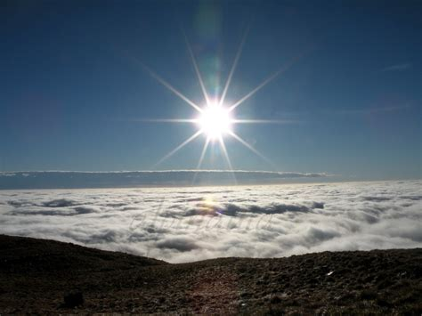 vasco sopra le nuvole alpinauta col cornier sopra un mare di nuvole