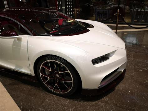 The bugatti chiron is meant to be the strongest, fastest, most luxurious and exclusive serial supercar in the world. White Bugatti Chiron Displayed In Dubai, Chiron Is Modern Mid-engine Two-seater Sports French ...