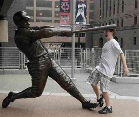 personas  se tomaron unas fotos epicas  estatuas