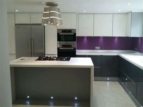 cuisine blanche et aubergine cuisine gris anthracite 56 idées pour une cuisine chic et moderne