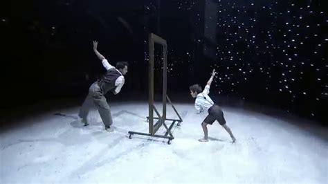 un si鑒e un uomo e un bambino allo specchio un 39 esibizione emozionante incredibili