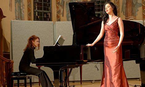 Die Sopranistin Margarita Vilsone in Begleitung von ...