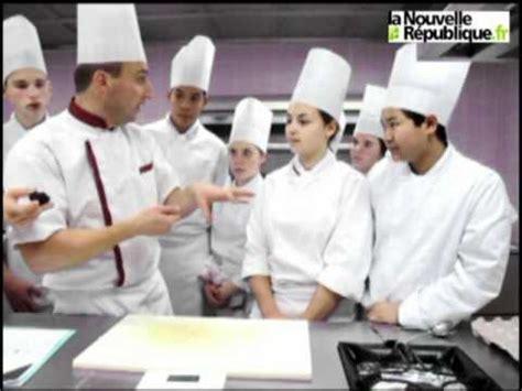 blois un professeur de cuisine donne un cours sur la