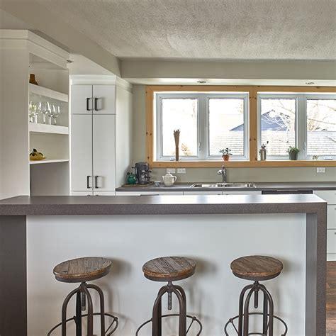 rangement haut cuisine cuisines beauregard cuisine réalisation 339 cuisine contemporaine avec armoires en