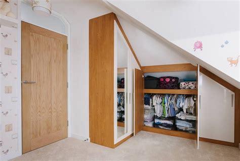 rangement placard chambre placard sous pente encastré idées de rangement astucieuses