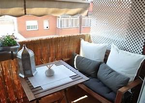 gemutlichen balkon gestalten 35 tolle ideen und tipps With markise balkon mit tapeten grafik muster